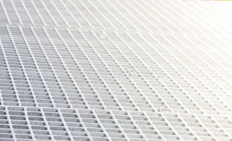 Den vita metallen på modell, bakgrund och textur för hål sömlös royaltyfri fotografi