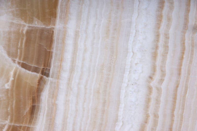 Den vita naturliga stenen med bruna delar, kallade Onyx royaltyfri bild