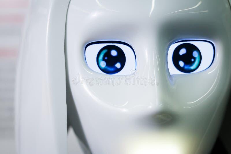 Den vita personliga roboten ser som en människa Kvinnlig framsida för härlig cyborg på bakgrunden för mörk svart arkivbild