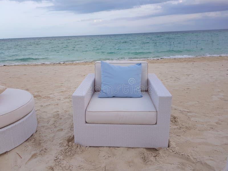 Den vita soffan och blått kudde i stranden i Bahamas arkivbilder