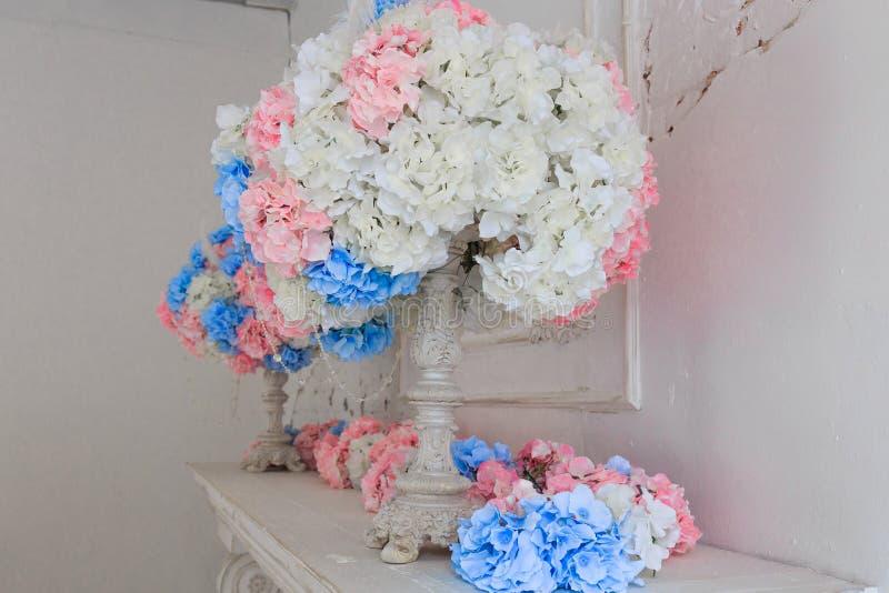 Den vita spisen dekoreras med stearinljus och blommor royaltyfri bild