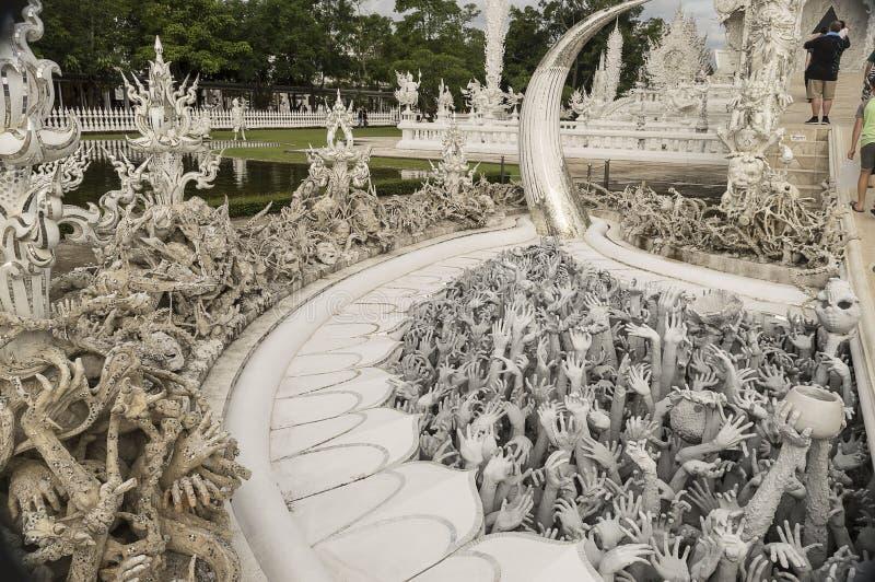 Den vita templet Wat Rong Khun är en okonventionell modern knopp arkivbild