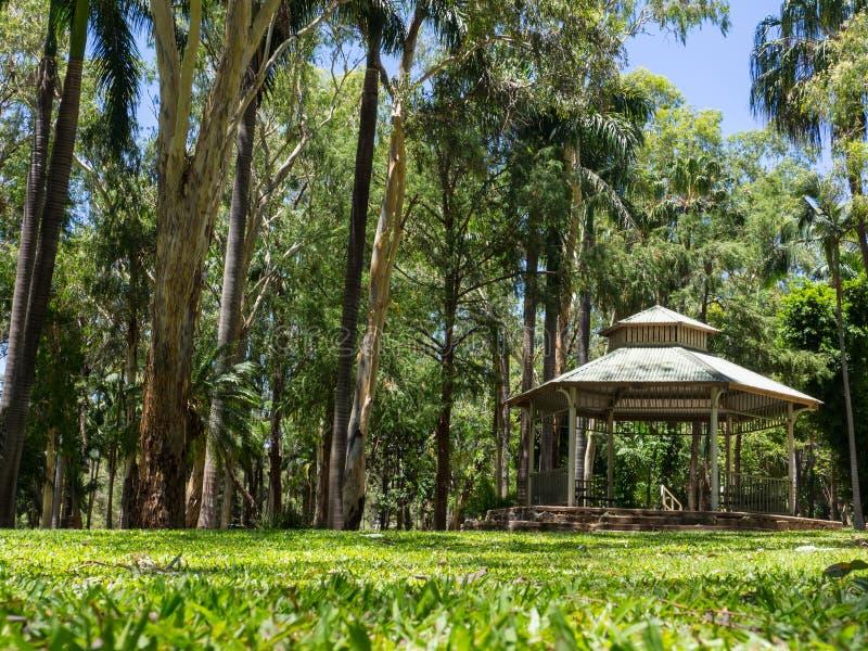 Den vita träpaviljongen i smaragdbotaniska trädgården, Queensland, Australien royaltyfri fotografi