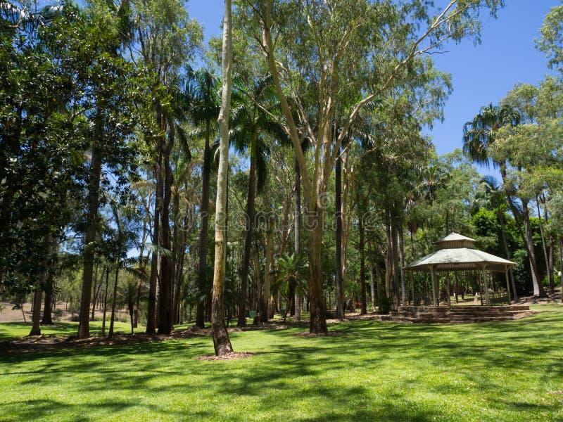 Den vita träpaviljongen i smaragdbotaniska trädgården, Queensland, Australien arkivbild
