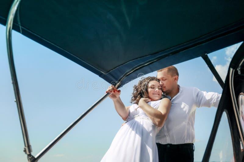 den vita yachten med seglar upps?ttningen g?r vidare ?n p? en varm dag Bl?tt hav, bl? himmel crimea ombord ett ungt par in royaltyfria bilder