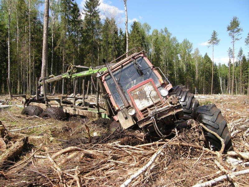 Den Vitryssland Mtz 82 skogsbruktraktoren klibbade i djup gyttja royaltyfri fotografi