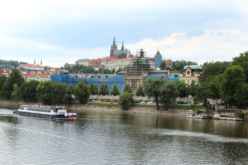 Den Vltava floden och sikterna av den gamla staden royaltyfri foto