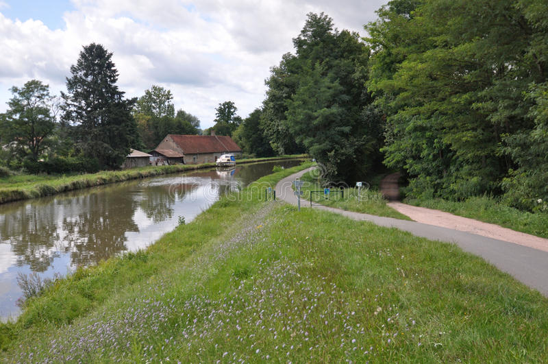 Den Voies Verte cirkuleringsrutten och undertecknar in Bourgogne royaltyfria bilder
