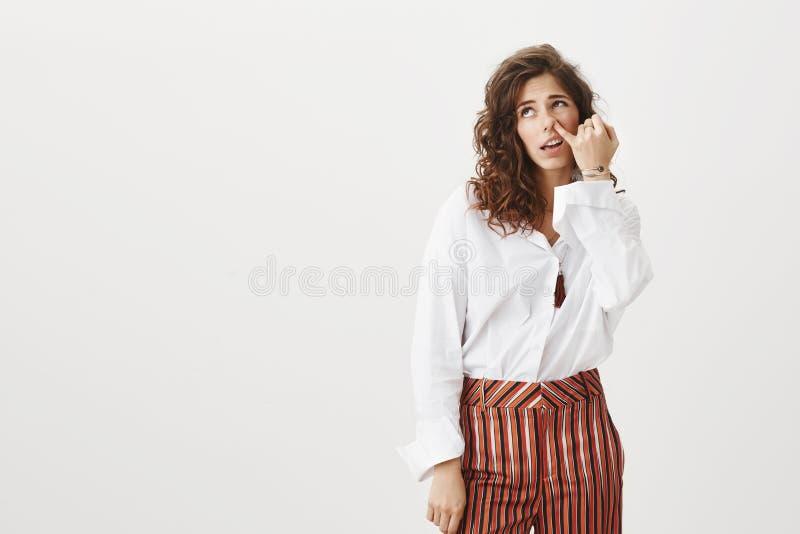 Den vuxna flickan önskar inte framställning av av något försök och arbete Oförsiktig dum rolig kvinna med lockigt hår i stilfull  royaltyfri bild