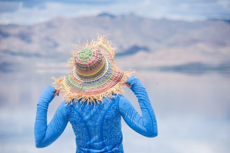 Den vuxna kvinnlign, baksidasikt, bär och rymmer en sugrörhatt på Bonneville de salta lägenheterna arkivfoton