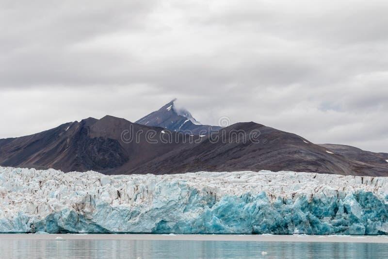 Den Wahlenberg glaciären möter det arktiska havet på Svalbard, Norge Augusti 2017 royaltyfri foto