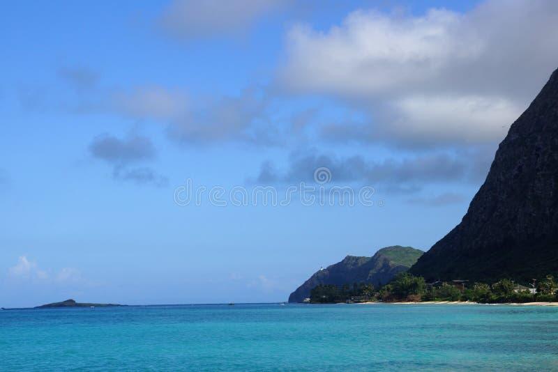Den Waimanalo stranden, vaggar ön och Makapuu på en underbar dag royaltyfria bilder