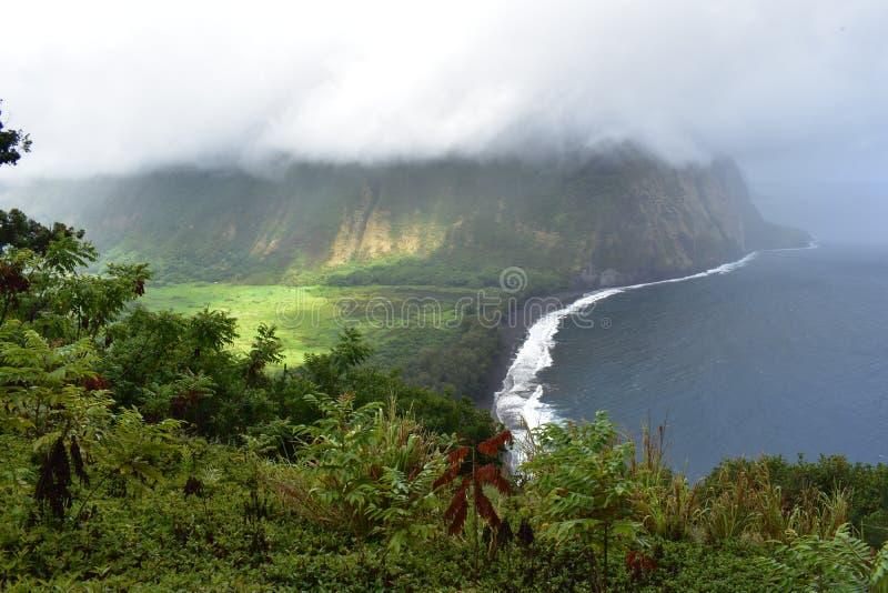 Den Waimea dalen Hawaii förbiser dimmig sikt av den tunga molnräkningen för kusten av den fertila utopian paradisdalen från överk royaltyfri bild