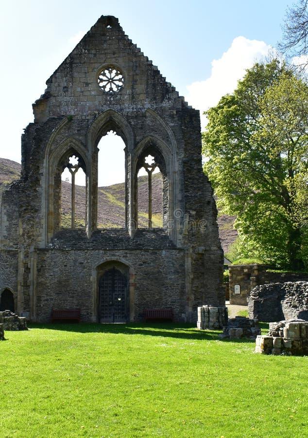Den Wales Valle Crucis abbotskloster, en ljus vårdag Restna av den västra vingen av kloster fotografering för bildbyråer