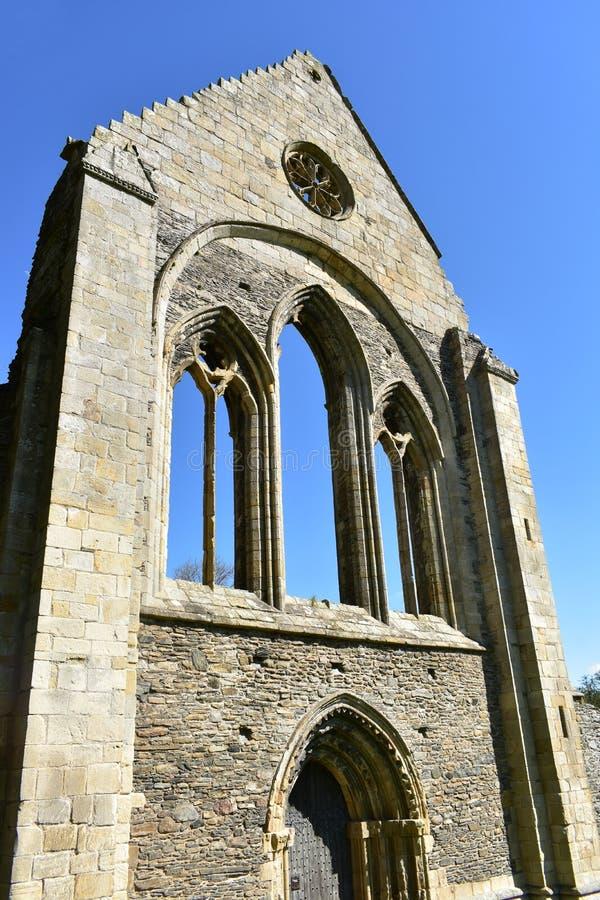 Den Wales Valle Crucis abbotskloster, en ljus vårdag Restna av den västra vingen av kloster royaltyfri foto
