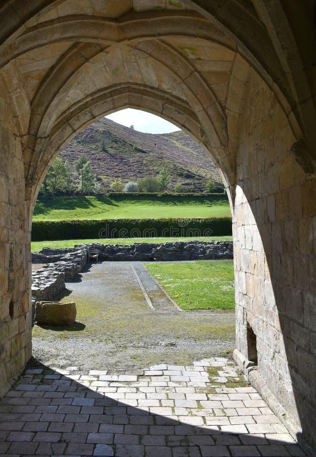 Den Wales Valle Crucis abbotskloster, en ljus vårdag arkivbild