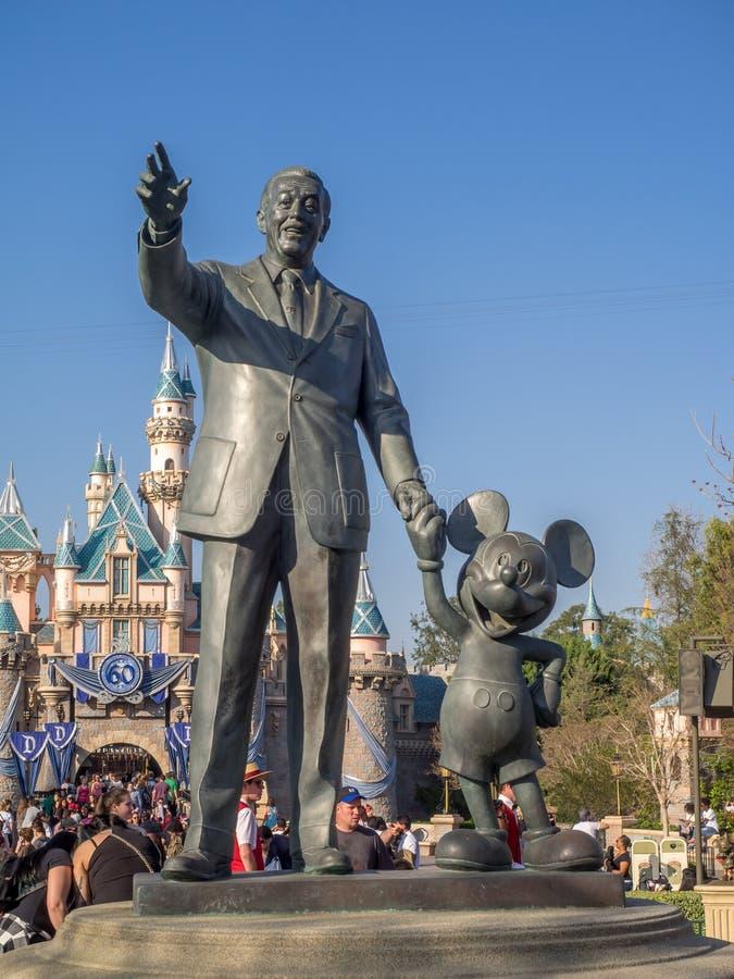 Den Walt Disney och Mickey Mouse statyn på Disneylanden parkerar royaltyfri foto