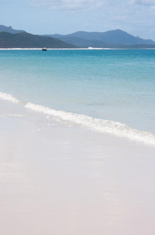 Den Whitehaven stranden i pingstdagarna i Australien med lite fartyget i avståndet arkivfoton
