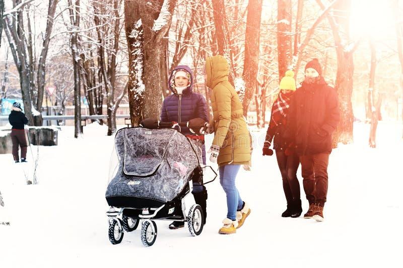 In den Winterfreunden mit einem Spaziergänger stockfoto
