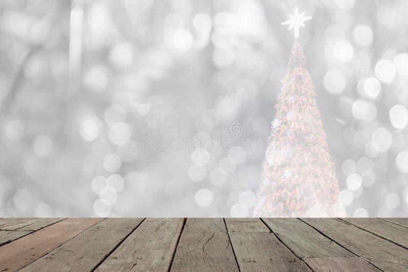 Den Wood tabellen av bokeh för vit jul tänder framme arkivbild