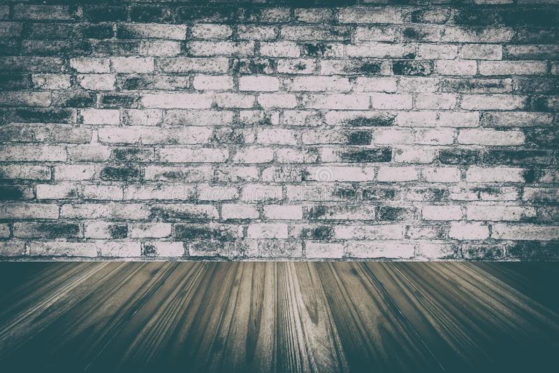 den wood väggen och trä däckar inre och gammalt rum med tegelstenväggen, arkivbild