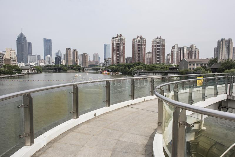 Den Wuxi kanalen parkerar landskap royaltyfri foto