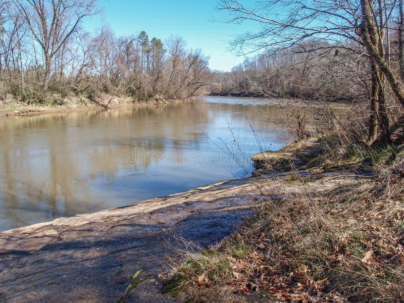 Den Yadkin floden på Boones grotta parkerar i Lexington, North Carolina royaltyfri bild
