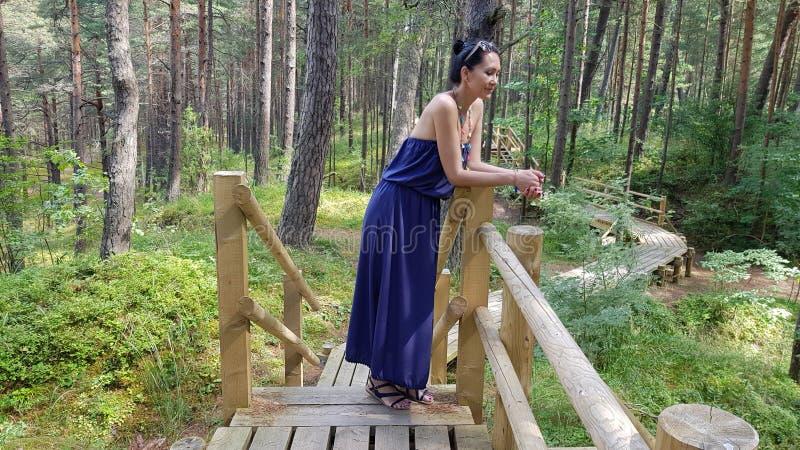 Den Yang kvinnan i den Ragakapa naturen parkerar i Jurmala, Lettland royaltyfria bilder