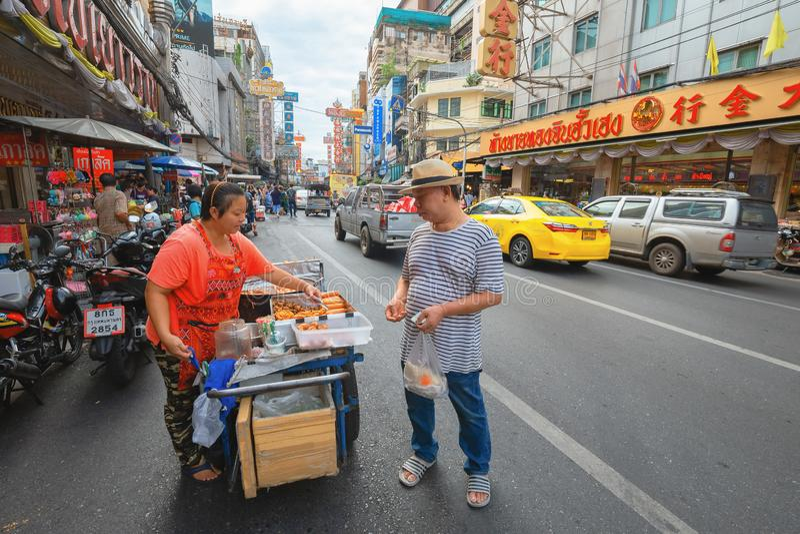 Den Yaowarat vägen är mitten av den Kina staden i Bangkok arkivbilder