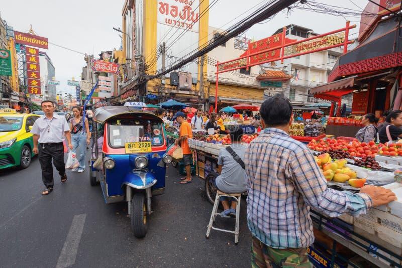 Den Yaowarat vägen är mitten av den Kina staden i Bangkok arkivfoto