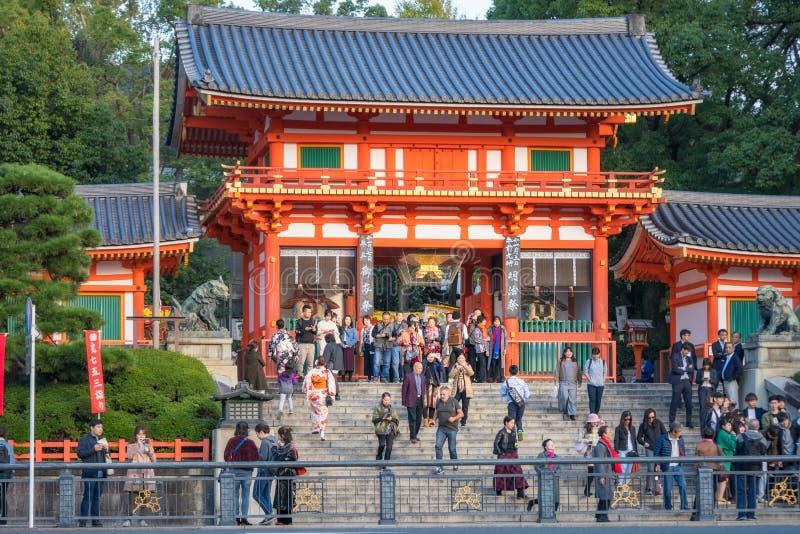 Den Yasaka-Jinja relikskrinNishiromon porten på tillträdeet till Maruyama parkerar i Kyoto arkivbild