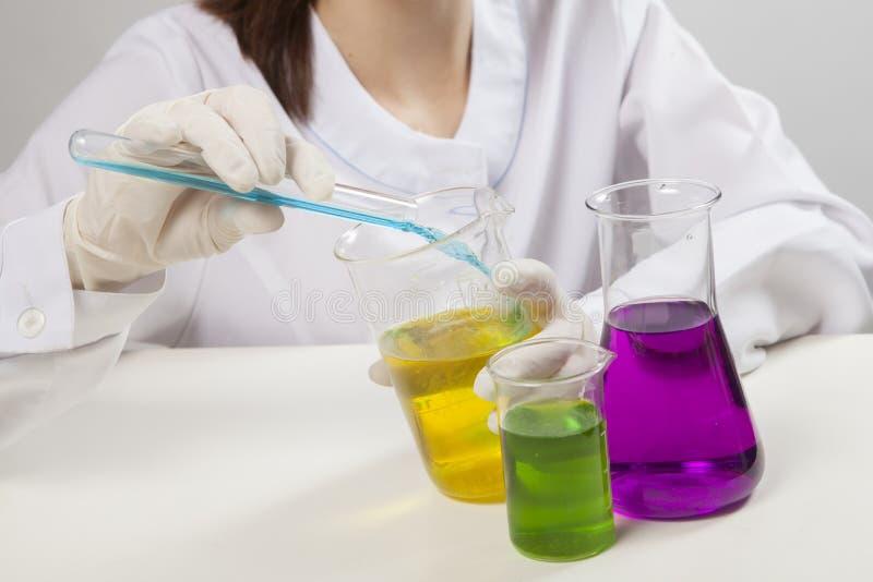 Den Yong kvinnan gör det kemiska provet i laboratorium arkivbilder