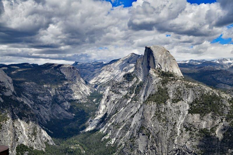 Den Yosemite dalen och den halva kupolen royaltyfri foto