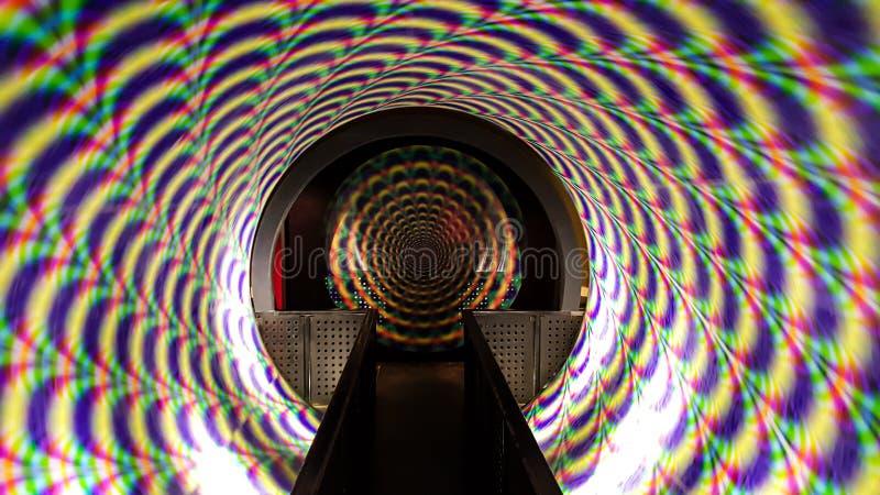 Den yr tunnelen rotera i maskinen för hålltidskapsel- eller trans.begreppet royaltyfri fotografi