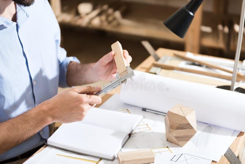 Den yrkesmässiga arbetaren arbetar med koncentration royaltyfri bild
