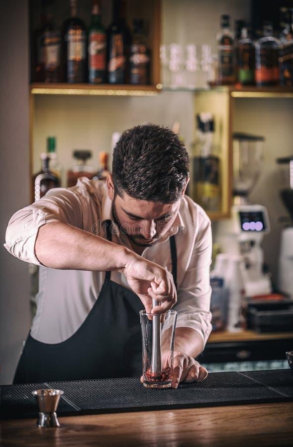 Den yrkesmässiga bartendern förbereder coctailen royaltyfri fotografi