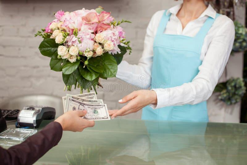 Den yrkesmässiga blomsterhandlaren säljer härliga blommor fotografering för bildbyråer