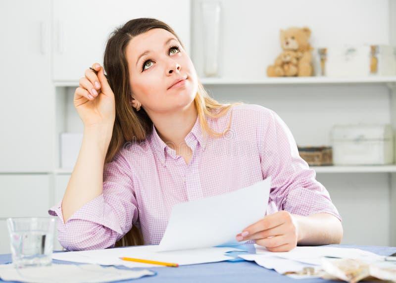 Den yrkesmässiga chefen undertecknar lönande finansiell överenskommelse royaltyfria bilder