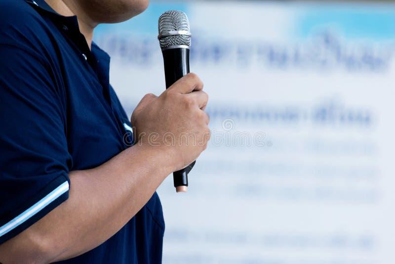 Den yrkesmässiga feta mannen talar under presentation arkivbild