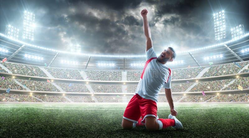 Den yrkesmässiga fotbollsspelaren firar segra den öppna stadion Stark fotbollglädje Segereufori arkivfoto