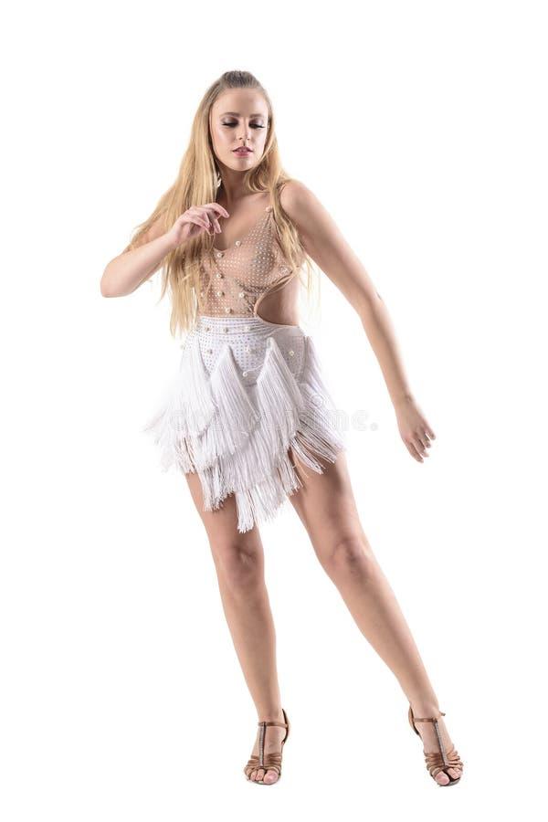 Den yrkesmässiga kvinnliga dansaren i kräm färgade dräktdräkten med frans royaltyfria bilder