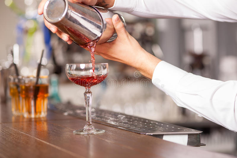 Den yrkesmässiga manliga bartendern förbereder drinken in royaltyfri bild