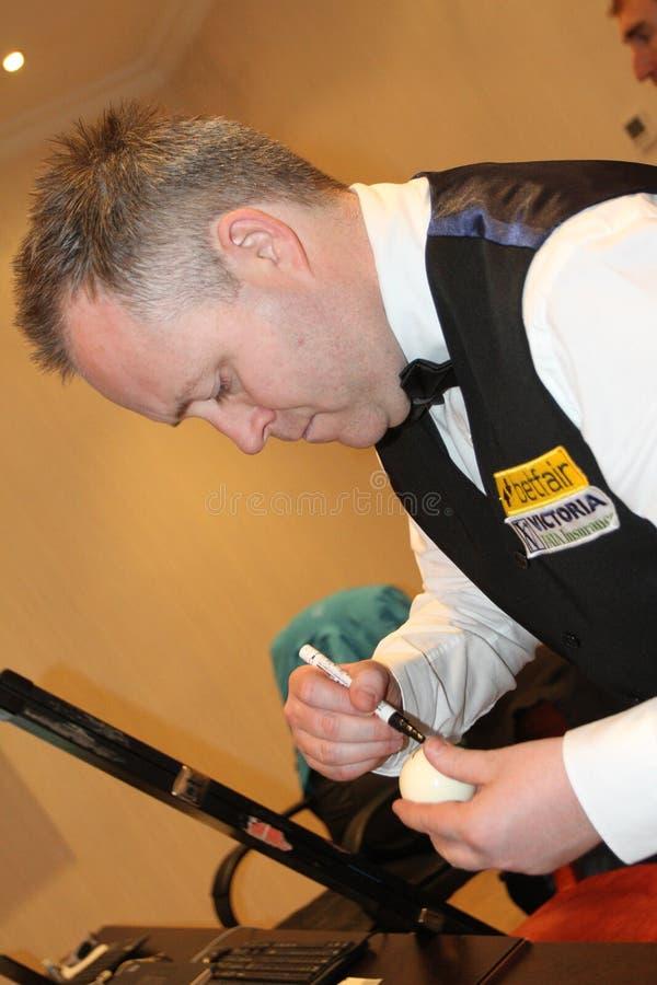 """Den yrkesmässiga snookerspelaren John Higgins ger autografer under  för open†för Bulgarien för """"Victoria för världssnookertu fotografering för bildbyråer"""