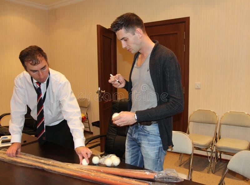"""Den yrkesmässiga snookerspelaren Mark Selby av England ger autografer under  för open†för Bulgarien för """"Victoria för världs fotografering för bildbyråer"""