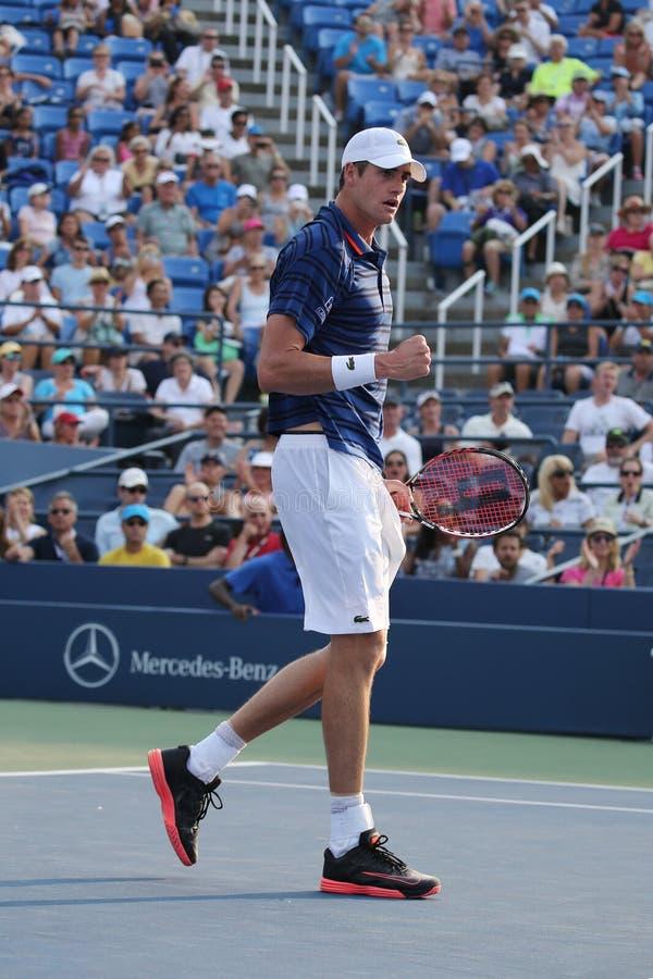 Den yrkesmässiga tennisspelaren John Isner av Förenta staterna firar seger efter den i andra hand runda matchen på US Open 2015 fotografering för bildbyråer