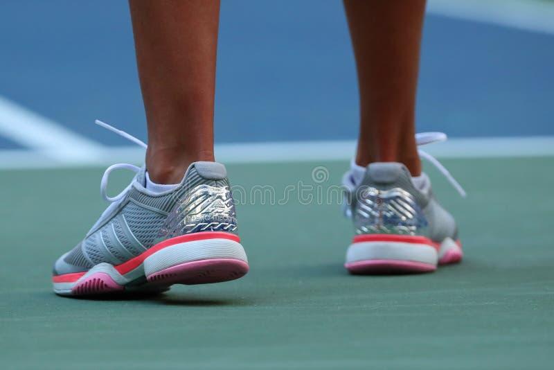 Den yrkesmässiga tennisspelaren Kateryna Kozlova av Ukraina bär beställnings- Adidas vid Stella McCartney tennisskor under US Ope royaltyfria bilder