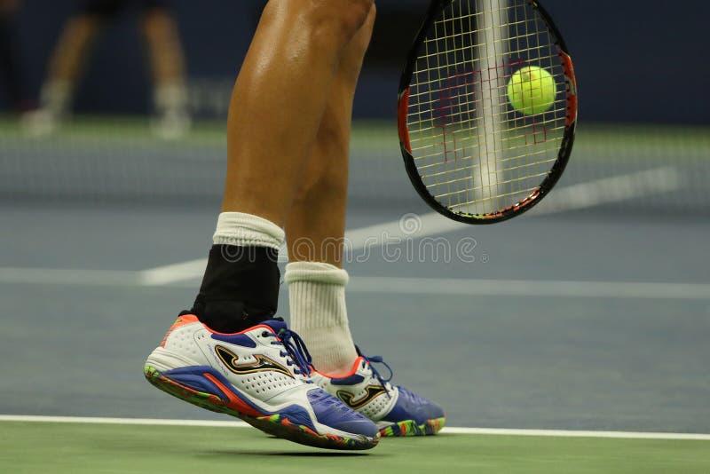 Den yrkesmässiga tennisspelaren Marcel Granollers av Spanien bär beställnings- Joma tennisskor under US Open 2016 royaltyfria bilder