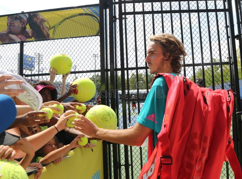 Den yrkesmässiga tennisspelaren Stefanos Tsitsipas av Grekland undertecknar autografer efter övning för US Open 2018 fotografering för bildbyråer