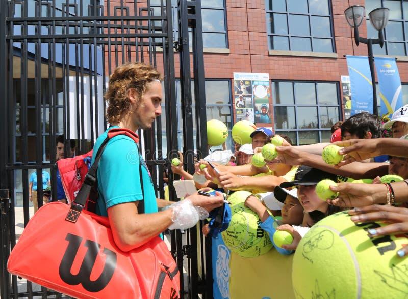 Den yrkesmässiga tennisspelaren Stefanos Tsitsipas av Grekland undertecknar autografer efter övning för US Open 2018 arkivbilder