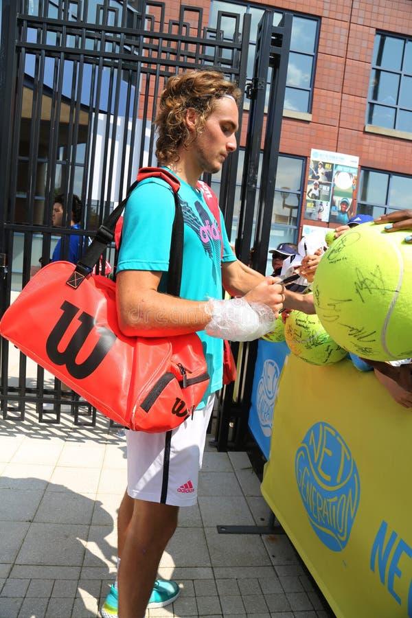 Den yrkesmässiga tennisspelaren Stefanos Tsitsipas av Grekland undertecknar autografer efter övning för US Open 2018 royaltyfria foton
